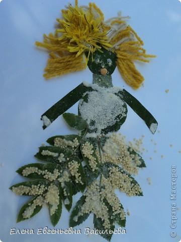 Лучшее время для природных  поделок - лето и осень. Возьмите для работы: листья и цветы, веточки и траву, соломку, камушки, семена и многое другое.  При изготовлении поделок используются и дополнительные материалы: бумага, картон, пластилин, проволока, клей, бусины, пуговицы, крупа и т.д.  А у нас с ребятами получилось вот так!!!  Котик на заборе /цветы клевера, листья, камушки/ фото 7