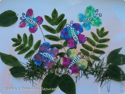 Лучшее время для природных  поделок - лето и осень. Возьмите для работы: листья и цветы, веточки и траву, соломку, камушки, семена и многое другое.  При изготовлении поделок используются и дополнительные материалы: бумага, картон, пластилин, проволока, клей, бусины, пуговицы, крупа и т.д.  А у нас с ребятами получилось вот так!!!  Котик на заборе /цветы клевера, листья, камушки/ фото 4