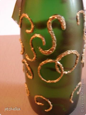 Добрый день, всем, кто зашел ко мне на страничку! Для оформления бутылки использовала жидкие гвозди, цветы из пластики, бисер, бусы, лак аэрозольный золотой, акриловую золотую краску, ленту, стразы. Не судите строго, это первая моя бутылка с таким оформлением, раньше был только декупаж... фото 3