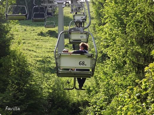 Alpsee Coaster самый длинный в Германии родельбан (горка для катания на санях) Длина 3 км, подъем в гору (на высоту около 1400 м) на подвесной дороге. При спуске - 68 поворотов, 23 волны, 7 прыжков, 4 моста, и 430-градусный спиральный поворот. Скорость развивается до 40 км в час Подъем в гору происходит на подвесной дороге.  Я фотографировала  маму и Вику со своего сиденья.  фото 1