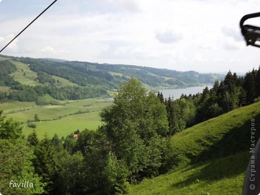 Alpsee Coaster самый длинный в Германии родельбан (горка для катания на санях) Длина 3 км, подъем в гору (на высоту около 1400 м) на подвесной дороге. При спуске - 68 поворотов, 23 волны, 7 прыжков, 4 моста, и 430-градусный спиральный поворот. Скорость развивается до 40 км в час Подъем в гору происходит на подвесной дороге.  Я фотографировала  маму и Вику со своего сиденья.  фото 11