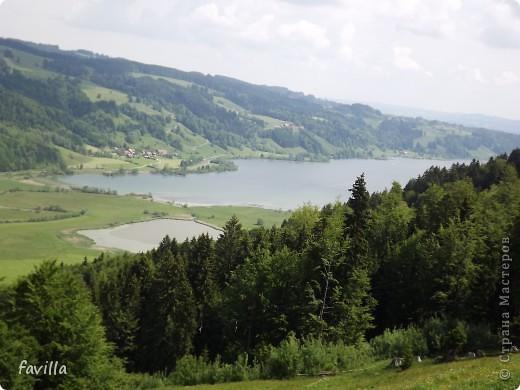 Alpsee Coaster самый длинный в Германии родельбан (горка для катания на санях) Длина 3 км, подъем в гору (на высоту около 1400 м) на подвесной дороге. При спуске - 68 поворотов, 23 волны, 7 прыжков, 4 моста, и 430-градусный спиральный поворот. Скорость развивается до 40 км в час Подъем в гору происходит на подвесной дороге.  Я фотографировала  маму и Вику со своего сиденья.  фото 9