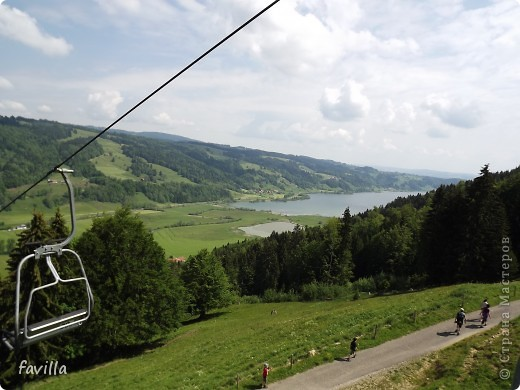 Alpsee Coaster самый длинный в Германии родельбан (горка для катания на санях) Длина 3 км, подъем в гору (на высоту около 1400 м) на подвесной дороге. При спуске - 68 поворотов, 23 волны, 7 прыжков, 4 моста, и 430-градусный спиральный поворот. Скорость развивается до 40 км в час Подъем в гору происходит на подвесной дороге.  Я фотографировала  маму и Вику со своего сиденья.  фото 10