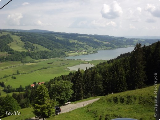 Alpsee Coaster самый длинный в Германии родельбан (горка для катания на санях) Длина 3 км, подъем в гору (на высоту около 1400 м) на подвесной дороге. При спуске - 68 поворотов, 23 волны, 7 прыжков, 4 моста, и 430-градусный спиральный поворот. Скорость развивается до 40 км в час Подъем в гору происходит на подвесной дороге.  Я фотографировала  маму и Вику со своего сиденья.  фото 12