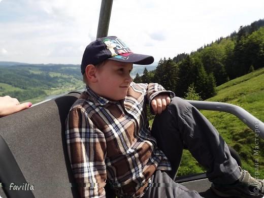 Alpsee Coaster самый длинный в Германии родельбан (горка для катания на санях) Длина 3 км, подъем в гору (на высоту около 1400 м) на подвесной дороге. При спуске - 68 поворотов, 23 волны, 7 прыжков, 4 моста, и 430-градусный спиральный поворот. Скорость развивается до 40 км в час Подъем в гору происходит на подвесной дороге.  Я фотографировала  маму и Вику со своего сиденья.  фото 13