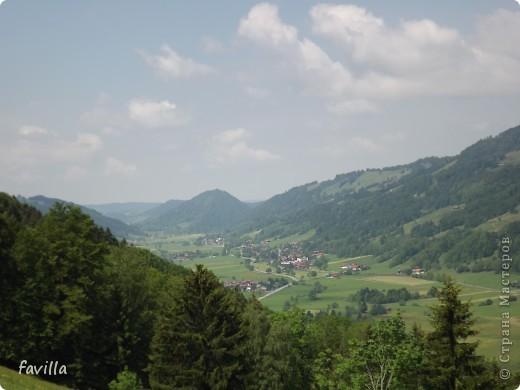 Alpsee Coaster самый длинный в Германии родельбан (горка для катания на санях) Длина 3 км, подъем в гору (на высоту около 1400 м) на подвесной дороге. При спуске - 68 поворотов, 23 волны, 7 прыжков, 4 моста, и 430-градусный спиральный поворот. Скорость развивается до 40 км в час Подъем в гору происходит на подвесной дороге.  Я фотографировала  маму и Вику со своего сиденья.  фото 27