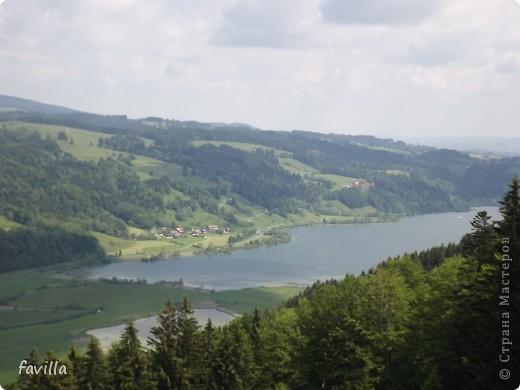 Alpsee Coaster самый длинный в Германии родельбан (горка для катания на санях) Длина 3 км, подъем в гору (на высоту около 1400 м) на подвесной дороге. При спуске - 68 поворотов, 23 волны, 7 прыжков, 4 моста, и 430-градусный спиральный поворот. Скорость развивается до 40 км в час Подъем в гору происходит на подвесной дороге.  Я фотографировала  маму и Вику со своего сиденья.  фото 28