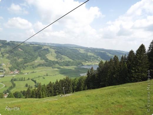 Alpsee Coaster самый длинный в Германии родельбан (горка для катания на санях) Длина 3 км, подъем в гору (на высоту около 1400 м) на подвесной дороге. При спуске - 68 поворотов, 23 волны, 7 прыжков, 4 моста, и 430-градусный спиральный поворот. Скорость развивается до 40 км в час Подъем в гору происходит на подвесной дороге.  Я фотографировала  маму и Вику со своего сиденья.  фото 29