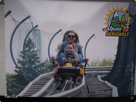 Alpsee Coaster самый длинный в Германии родельбан (горка для катания на санях) Длина 3 км, подъем в гору (на высоту около 1400 м) на подвесной дороге. При спуске - 68 поворотов, 23 волны, 7 прыжков, 4 моста, и 430-градусный спиральный поворот. Скорость развивается до 40 км в час Подъем в гору происходит на подвесной дороге.  Я фотографировала  маму и Вику со своего сиденья.  фото 19