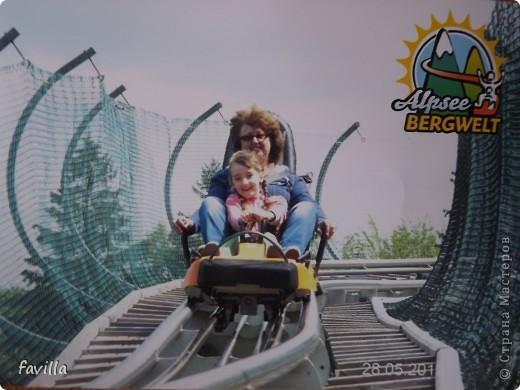 Alpsee Coaster самый длинный в Германии родельбан (горка для катания на санях) Длина 3 км, подъем в гору (на высоту около 1400 м) на подвесной дороге. При спуске - 68 поворотов, 23 волны, 7 прыжков, 4 моста, и 430-градусный спиральный поворот. Скорость развивается до 40 км в час Подъем в гору происходит на подвесной дороге.  Я фотографировала  маму и Вику со своего сиденья.  фото 20