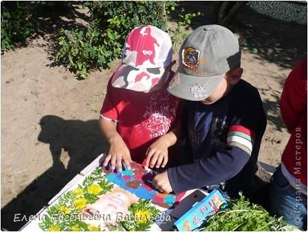 Лучшее время для природных  поделок - лето и осень. Возьмите для работы: листья и цветы, веточки и траву, соломку, камушки, семена и многое другое.  При изготовлении поделок используются и дополнительные материалы: бумага, картон, пластилин, проволока, клей, бусины, пуговицы, крупа и т.д.  А у нас с ребятами получилось вот так!!!  Котик на заборе /цветы клевера, листья, камушки/ фото 14