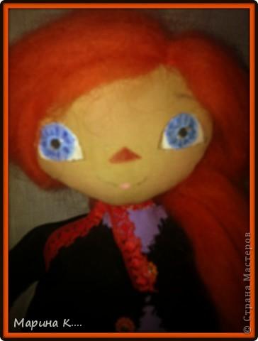 Сшила куклу в стиле Реггиди Энн. Хотя у классической Реггеди Энн глаза - пуговки, я все же их нарисовала, т.к. что-то пуговки на этой кукле не смотрелись.... Шляпа сшита из фетра. На шляпе висит паучок. Из фетра сшит и спутник ведьмочки - кот. фото 4