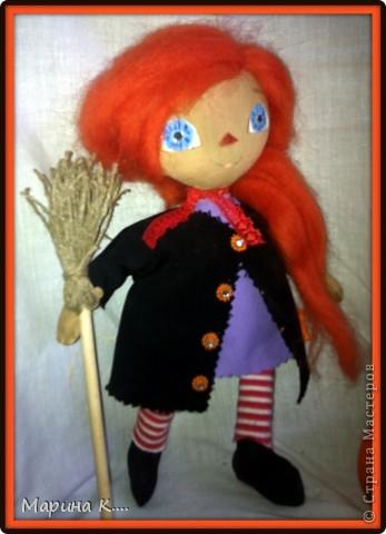 Сшила куклу в стиле Реггиди Энн. Хотя у классической Реггеди Энн глаза - пуговки, я все же их нарисовала, т.к. что-то пуговки на этой кукле не смотрелись.... Шляпа сшита из фетра. На шляпе висит паучок. Из фетра сшит и спутник ведьмочки - кот. фото 2