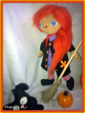 Сшила куклу в стиле Реггиди Энн. Хотя у классической Реггеди Энн глаза - пуговки, я все же их нарисовала, т.к. что-то пуговки на этой кукле не смотрелись.... Шляпа сшита из фетра. На шляпе висит паучок. Из фетра сшит и спутник ведьмочки - кот. фото 3