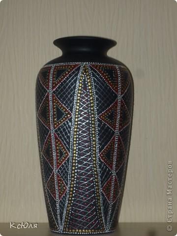 """Жила-была ничем не примечательная ваза, подаренная когда-то мне на свадьбу. Тогда (в середине 90-х) это был неплохой подарок. Сейчас она себя уже изжила и морально и физически. Сильно мозолила мне глаза, и я не выдержала... покрыла ее черным грунтом и """"обезобразила"""" с помощью контуров.... фото 4"""