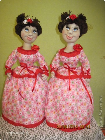 Снова куклы - грелки на чайник. Они сестрички, родились в один день, и зовут мх Розочки. Смотрите, а мы покрасуемся. фото 7