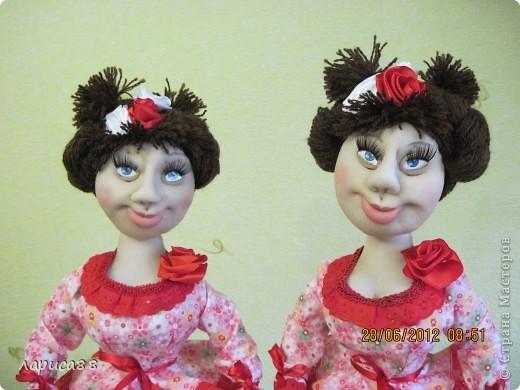 Снова куклы - грелки на чайник. Они сестрички, родились в один день, и зовут мх Розочки. Смотрите, а мы покрасуемся. фото 1