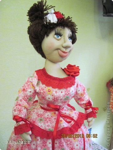 Снова куклы - грелки на чайник. Они сестрички, родились в один день, и зовут мх Розочки. Смотрите, а мы покрасуемся. фото 5