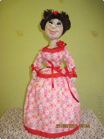 Снова куклы - грелки на чайник. Они сестрички, родились в один день, и зовут мх Розочки. Смотрите, а мы покрасуемся. фото 3