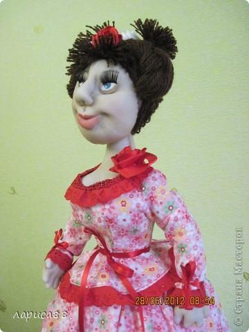 Снова куклы - грелки на чайник. Они сестрички, родились в один день, и зовут мх Розочки. Смотрите, а мы покрасуемся. фото 6