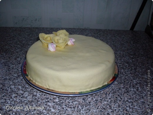 Мой первый блин, точнее торт с мастикой из маршмеллоу, её не красила, поскольку желтый цвет мне и такой понравился фото 2