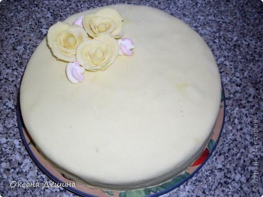 Мой первый блин, точнее торт с мастикой из маршмеллоу, её не красила, поскольку желтый цвет мне и такой понравился фото 4