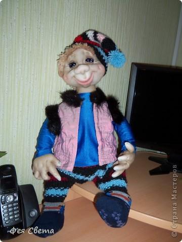 Девочки, ура, у меня родился Тимошка- первая каркасная кукла на пластиковой бутылке, уж не знаю кто он, возможно современный домовой, очень дружелюбный добрячек. с голубыми, как небеса глазами. фото 1