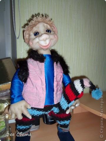 Девочки, ура, у меня родился Тимошка- первая каркасная кукла на пластиковой бутылке, уж не знаю кто он, возможно современный домовой, очень дружелюбный добрячек. с голубыми, как небеса глазами. фото 3