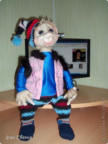 Девочки, ура, у меня родился Тимошка- первая каркасная кукла на пластиковой бутылке, уж не знаю кто он, возможно современный домовой, очень дружелюбный добрячек. с голубыми, как небеса глазами. фото 5