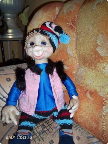 Девочки, ура, у меня родился Тимошка- первая каркасная кукла на пластиковой бутылке, уж не знаю кто он, возможно современный домовой, очень дружелюбный добрячек. с голубыми, как небеса глазами. фото 6