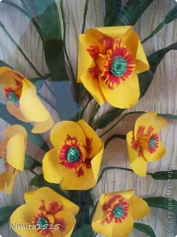 Всем привет. Увидела в интернете рисунок и захотелось сделать. Цветы делала из офисной цветной двусторонней бумаги, листики из гофрированной бумаги. фото 3