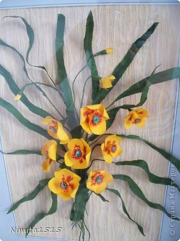 Всем привет. Увидела в интернете рисунок и захотелось сделать. Цветы делала из офисной цветной двусторонней бумаги, листики из гофрированной бумаги. фото 7