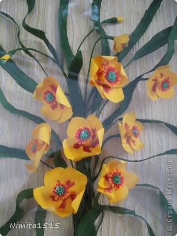 Всем привет. Увидела в интернете рисунок и захотелось сделать. Цветы делала из офисной цветной двусторонней бумаги, листики из гофрированной бумаги. фото 5