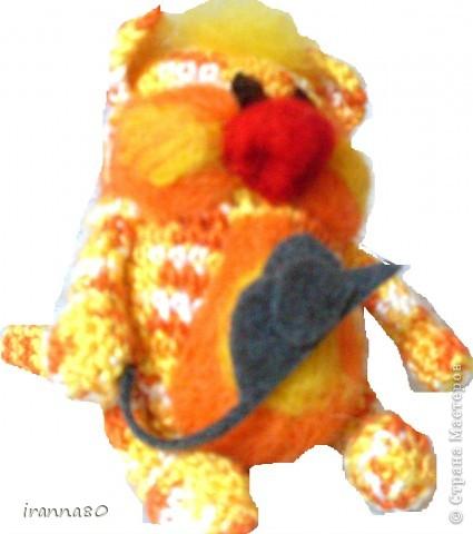 Толстый вязано-валеный кот с мышкой (видать не влезла)