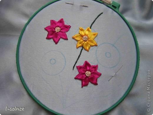 Самая первая работа: маленькие цветы - простой стежок, большие цветы - ленточный стежок смещённый (один лепесток из двух стежков), сердцевинки - колониальные и французские узелки, листики - ленточный стежок  (атласные ленты 6 мм). фото 5