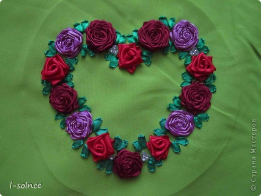 Самая первая работа: маленькие цветы - простой стежок, большие цветы - ленточный стежок смещённый (один лепесток из двух стежков), сердцевинки - колониальные и французские узелки, листики - ленточный стежок  (атласные ленты 6 мм). фото 6