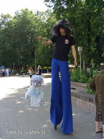 Друзья! Приглашаем вас на прогулку по центру Ярославля. Давайте понаблюдаем за работой уличных театров. 23 июня в нашем городе прошел I Международный фестиваль уличных театров. Тише! Мимы спят. фото 5