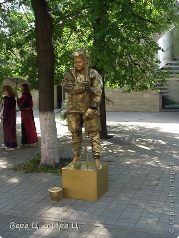 Друзья! Приглашаем вас на прогулку по центру Ярославля. Давайте понаблюдаем за работой уличных театров. 23 июня в нашем городе прошел I Международный фестиваль уличных театров. Тише! Мимы спят. фото 3