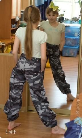 Озадачилась я проблемой штанов для дочери в сад. Почему-то простецких штанов, которые не жалко убивать великами-канавами-походами в горы в магазинах просто не найти. Подумала я-подумала и пошла в магазин тканей )))) Выбрала плащевку, в составе которой есть хлопок (чтоб штаны дышали, летом-то жарко!), достала старые изодранные штаны для образца и пошила. Получилось вполне неплохо, на мой взгляд. И вполне экономично, 160 р за метр ткани - на дочь 1 м, на сына 0,5 м. фото 2