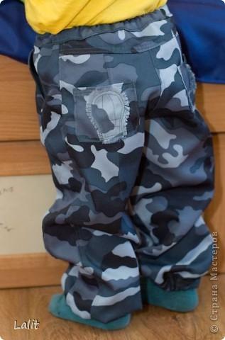 Озадачилась я проблемой штанов для дочери в сад. Почему-то простецких штанов, которые не жалко убивать великами-канавами-походами в горы в магазинах просто не найти. Подумала я-подумала и пошла в магазин тканей )))) Выбрала плащевку, в составе которой есть хлопок (чтоб штаны дышали, летом-то жарко!), достала старые изодранные штаны для образца и пошила. Получилось вполне неплохо, на мой взгляд. И вполне экономично, 160 р за метр ткани - на дочь 1 м, на сына 0,5 м. фото 5