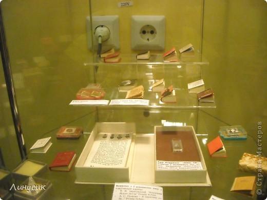 Музей миниатюрной книги – уникальный и единственный государственный в Украине.   Сегодня в музее хранятся более 9 000 миниатюрных (до 100 мм) и микрокниг (от 1 до 10 мм) XV – XXI веков из 57 стран на 103 языках мира. Коллекция богата книгами, разнообразными по содержанию и жанрами, которые выполняют моральную, эстетическую и воспитательную функции. Это старинные и современные книги, редкие, уникальные, изданные типографским способом и изготовленные вручную.  Большинство миниатюрных книг являются образцами высокой книжной культуры. Они практически всегда иллюстрированы лучшими художниками. А полиграфисты вкладывают свое умение и опыт в их изготовление, используя разнообразнейшие  материалы для плетений. Поэтому внешнее оформление миниатюрных книг временами поражает не только детей, но и взрослых.  Привлекают внимание школьные учебники географии, математики, грамматики размером  46х33 мм (1835-1837 г.г.), старинные и современные словари (30х40 мм), изданные в виде кошельков и футляров из натуральной кожи, берестяная книга, выполненная народным умельцем из Архангельска Д. Головиным. фото 13