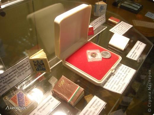 Музей миниатюрной книги – уникальный и единственный государственный в Украине.   Сегодня в музее хранятся более 9 000 миниатюрных (до 100 мм) и микрокниг (от 1 до 10 мм) XV – XXI веков из 57 стран на 103 языках мира. Коллекция богата книгами, разнообразными по содержанию и жанрами, которые выполняют моральную, эстетическую и воспитательную функции. Это старинные и современные книги, редкие, уникальные, изданные типографским способом и изготовленные вручную.  Большинство миниатюрных книг являются образцами высокой книжной культуры. Они практически всегда иллюстрированы лучшими художниками. А полиграфисты вкладывают свое умение и опыт в их изготовление, используя разнообразнейшие  материалы для плетений. Поэтому внешнее оформление миниатюрных книг временами поражает не только детей, но и взрослых.  Привлекают внимание школьные учебники географии, математики, грамматики размером  46х33 мм (1835-1837 г.г.), старинные и современные словари (30х40 мм), изданные в виде кошельков и футляров из натуральной кожи, берестяная книга, выполненная народным умельцем из Архангельска Д. Головиным. фото 15