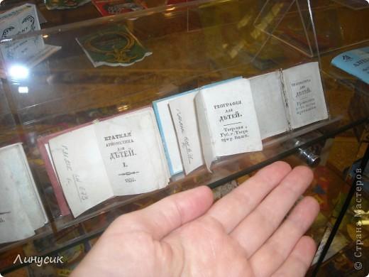 Музей миниатюрной книги – уникальный и единственный государственный в Украине.   Сегодня в музее хранятся более 9 000 миниатюрных (до 100 мм) и микрокниг (от 1 до 10 мм) XV – XXI веков из 57 стран на 103 языках мира. Коллекция богата книгами, разнообразными по содержанию и жанрами, которые выполняют моральную, эстетическую и воспитательную функции. Это старинные и современные книги, редкие, уникальные, изданные типографским способом и изготовленные вручную.  Большинство миниатюрных книг являются образцами высокой книжной культуры. Они практически всегда иллюстрированы лучшими художниками. А полиграфисты вкладывают свое умение и опыт в их изготовление, используя разнообразнейшие  материалы для плетений. Поэтому внешнее оформление миниатюрных книг временами поражает не только детей, но и взрослых.  Привлекают внимание школьные учебники географии, математики, грамматики размером  46х33 мм (1835-1837 г.г.), старинные и современные словари (30х40 мм), изданные в виде кошельков и футляров из натуральной кожи, берестяная книга, выполненная народным умельцем из Архангельска Д. Головиным. фото 22