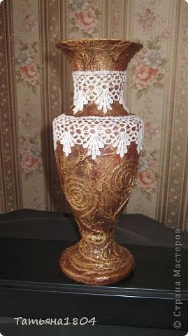 Старенькая металлическая бабушкина вазочка обрела свой новый образ! Обклеена обычной туалетной бумагой, завитушки из шпагата, покрашена гуашью с клеем ПВА (коричневой, бронзовой), верхний слой прозрачным лаком, и приклеено кружево. Легко, просто, быстро!