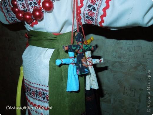 Кукла Параскева - берегиня женских рукоделий..Св. мч. Параскева - христианская покровительница женщин и женских ремёсел. День Параскевы Пятницы отмечали на Руси в ноябре,когда закончены полевые работы и начиналось время пряденья,ткачества,вышивания и т.д... Девушки и женщины в этот день показывали своё рукоделие. В Северных областях изготавливали куклу Параскеву в русском народном костюме. На руки и голову куклы навешивали ленты,кружева,небольшие орудия женского труда : веретено,игольницы,пяльцы,ножницы,коклюшки,напёрстки. фото 3