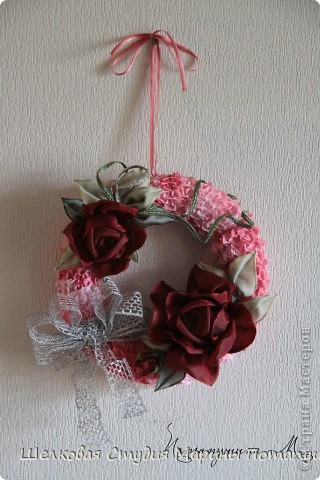Венок с бордовыми розами фото 1