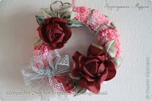 Венок с бордовыми розами фото 2