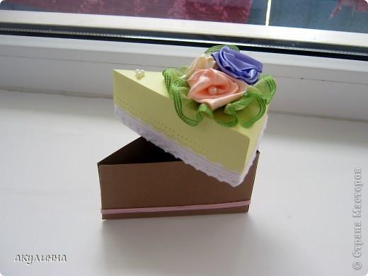 Подарочная коробочка в форме кусочка тортика фото 2