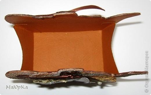 Сегодня у меня чайная тема. Спасибо МАРСАМ за подсказку. Цветочки-собранное кружево, пайетка, бусинка. Кружево красила чаем (светлое) и кофе (темное). Пуговки настоящие. Бабочка - штампик, кракелюр (белое на темном). Вид спереди. фото 5