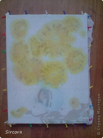 """Для работы в технике горячего батика вам нужны следующие материалы и инструменты: ткань белая (хб), подрамник (у меня размер 40х30см), кнопки для натягивания ткани, краски для батика """"Гамма хобби"""", (не покупайте Гамма акрил для такого вида росписи они не годятся!!!!!!!!) Кисти разной толщины для росписи (каланок, пони) и разной толщины щетина для воска. Палитра и банка с водой. И основные инструменты для  воска чанинги тоже разной толщины и формы и конечно же обычные технические свечи или парафин. И фен желательно с функцией холодного воздуха. Утюг и много газет!!! фото 5"""